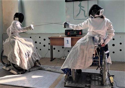 На фотографии: девушки фехтующие на шпагах