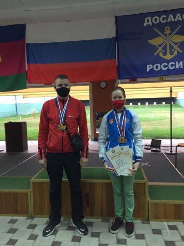 На фотографии: Антон Кудрук и Елена Пенькова, призёры чемпионата по пулевой стрельбе