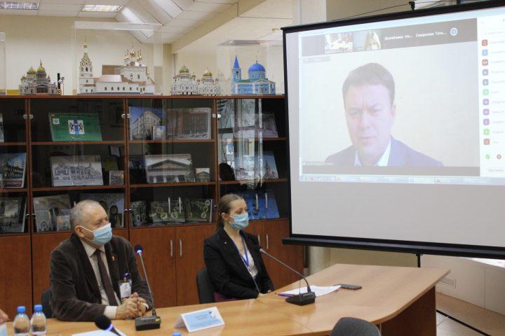 На фотографии: выступление участника семинара в формате онлайн
