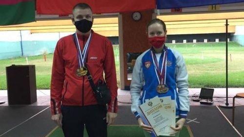 На фотографии: Антон кудрук и Елена Пенькова, призеры чемпионата России по пулевой стрельбе
